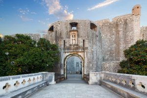 a-walk-through-the-old-dubrovnik-city-streets-pile-gate-entrance-in-old-town-of-dubrovnik-croatia-431-ba15